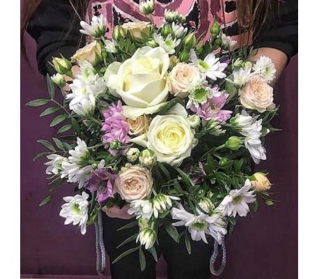 Белые розы в сочетании с хризантемами